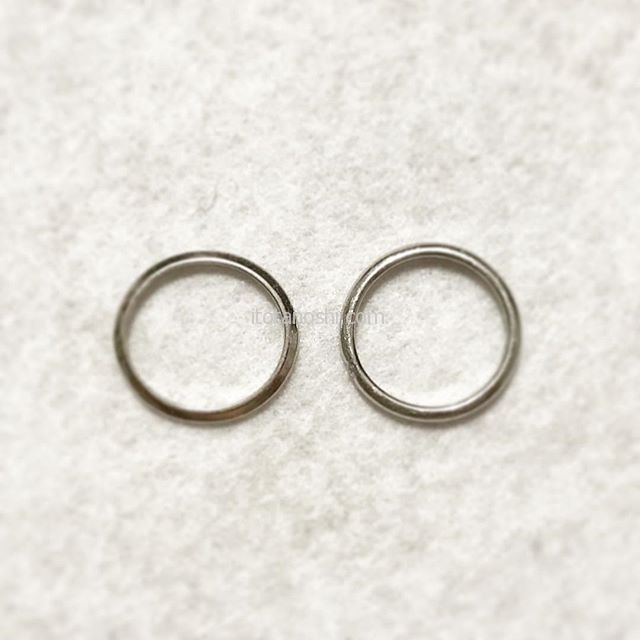 私の結婚指輪。夫も私も1990年の結婚以来、ほぼ外さずに過ごしています。左は結婚した時のティファニーのもの。少し左利きの傾向がある私、左手に力をかけていることもあるらしく、華奢なデザインのこのリングは楕円形になってしまいました。2002年にフラッと立ち寄ったスタージュエリーでなんの意味もなく新調。ダイヤが、1粒入っているものにしました。引き出しを整理していて、なんか懐かしくなったので重ねてつけようかなーと思っています。夫のティファニーはサイズが小さいので、両方をお直しに出してもいいかな。私のは楕円形で指にフィットしてるけどね。#結婚指輪 #指輪 #マリッジリング  #リング #marriagering #ティファニー #Tiffany #スタージュエリー #starjewelry #instalove #instalovers