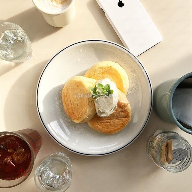 辛いものを食べると甘いものが食べたくなる。で、タイ料理の後は娘とフリッパーズに。奇跡のパンケーキのプレーンをいただきました♪娘は周りの物も入れた俯瞰(ふかん)写真がお好み。(娘撮影)#女子大生のインスタ画像 #フリッパーズ #FLIPPERS #パンケーキ #pancake #奇跡のパンケーキ #自由が丘 #jiyugaoka #tokyo #カフェ #cafe #スイーツ #sweets #instalove #instalover #instalovers #instafood #instafoods  #instasweet #instasweets